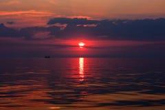 Zonsondergang op het overzees in Berdyansk. Overzees Stock Foto