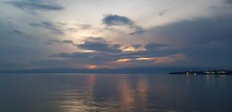 Zonsondergang op het overzees; Meer Kivu, Rwanda - Toeristenbestemmingen stock afbeelding