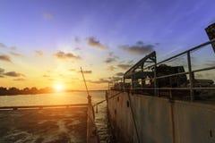 Zonsondergang op het overzees met oude schipachtergrond Royalty-vrije Stock Foto's