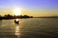 Zonsondergang op het overzees met vissersboot Stock Afbeeldingen