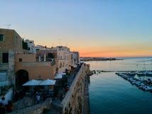 Zonsondergang op het overzees in Otranto stock foto