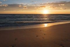 Zonsondergang op het overzeese strand stock foto