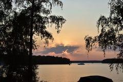 Zonsondergang op het Pestovo-reservoir, zonsondergang op het meer royalty-vrije stock foto