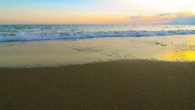 Zonsondergang op het strand stock videobeelden