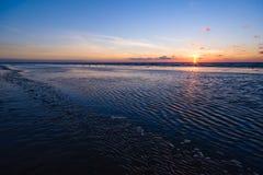 Zonsondergang op het strand royalty-vrije stock foto's