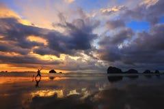 Zonsondergang op het strand royalty-vrije stock afbeeldingen