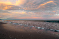 Zonsondergang op het strand Stock Afbeeldingen