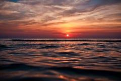 Zonsondergang op het strand Royalty-vrije Stock Afbeelding