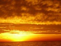 Zonsondergang op het strand. stock afbeelding