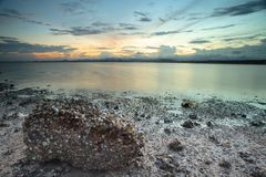 Zonsondergang op het strand in Bangsaphan, Thailand Stock Foto