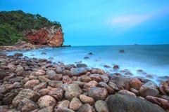 Zonsondergang op het strand in Bangsaphan, Thailand Royalty-vrije Stock Afbeelding
