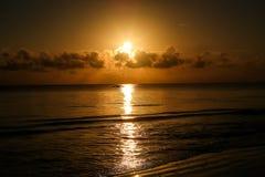 Zonsondergang op het strand in de avond Op zee mooie zonsopgang La Royalty-vrije Stock Foto's
