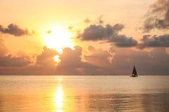 Zonsondergang op het strand in de avond Op zee mooie zonsopgang La Stock Foto's