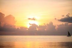 Zonsondergang op het strand in de avond Op zee mooie zonsopgang La Stock Afbeeldingen