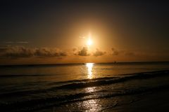 Zonsondergang op het strand in de avond Op zee mooie zonsopgang La Royalty-vrije Stock Fotografie