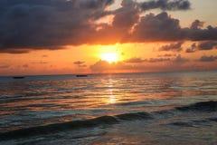 Zonsondergang op het strand in de avond Op zee mooie zonsopgang La Stock Fotografie