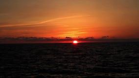 Zonsondergang op het strand, de ongelooflijke kleuren en de wolken Adriatische Overzees, Italië, Amantea Calabrië stock footage