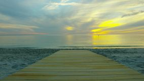 Zonsondergang op het strand de zonreeksen in het overzees stock videobeelden