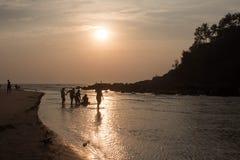 Zonsondergang op het strand in India royalty-vrije stock afbeelding