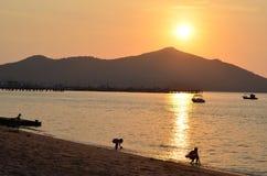 Zonsondergang op het strand mooie en aardige schot Stock Afbeelding