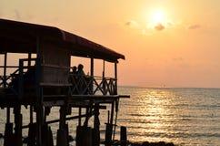 Zonsondergang op het strand mooie en aardige schot Royalty-vrije Stock Foto's