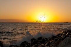 Zonsondergang op het strand op het zuiden van Tenerife Royalty-vrije Stock Foto's