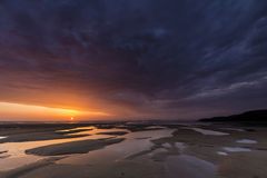 Zonsondergang op het strand van Bretagne Stock Foto