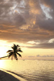 Zonsondergang op het strand van het paradijseiland Stock Foto's