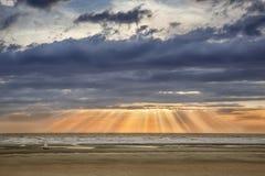Zonsondergang op het strand van opalen kust Royalty-vrije Stock Afbeelding