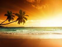Zonsondergang op het strand van overzees