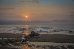 Zonsondergang op het strand van Sopelana in Biskaje royalty-vrije stock afbeeldingen