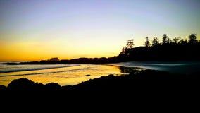 Zonsondergang op het strand van Tofino stock foto's