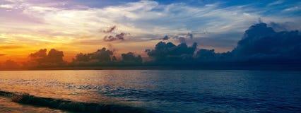 Zonsondergang op het tropische kustparadijs Stock Fotografie