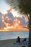Zonsondergang op het zandige strand royalty-vrije stock foto's