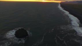 Zonsondergang op het zwarte strand van IJsland stock video