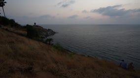 Zonsondergang op heuvel en de overzeese achtergrond met paarvideo timelapse stock videobeelden
