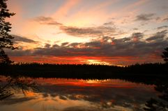 Zonsondergang op houten meer Stock Foto