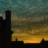 Zonsondergang op huizen Stock Foto's