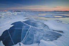 Zonsondergang op ijzig Meer Baikal stock foto's