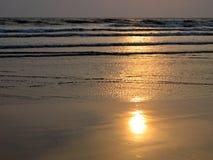 Zonsondergang op Indische kust stock afbeelding
