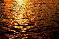 Zonsondergang op kalm water royalty-vrije stock foto's