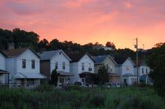 Zonsondergang op kleine stad stock foto's