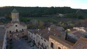 Zonsondergang op Klooster van Santa Maria de Santes Creus, Aiguamúrcia, Catalonië, Spanje stock footage