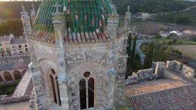 Zonsondergang op Klooster van Santa Maria de Santes Creus, Aiguamúrcia, Catalonië, Spanje stock videobeelden