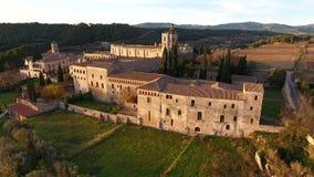 Zonsondergang op Koninklijke Abdij van Santa Maria de Poblet op Conca DE Barbera, Catalonië, Spanje stock footage