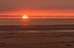Zonsondergang op kust Stock Fotografie