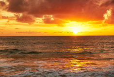 Zonsondergang op Mai Khao-strand in Phuket Royalty-vrije Stock Afbeelding