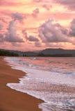 Zonsondergang op Mai Khao-strand in Phuket Royalty-vrije Stock Foto's