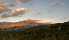 Zonsondergang op Majella-berg en Caramanico-dorp in abruzzo & x28; Het royalty-vrije stock afbeeldingen