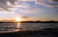 Zonsondergang op meer Stock Fotografie